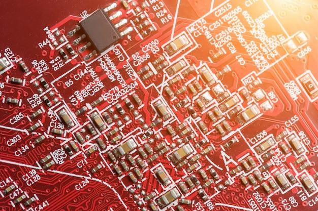 Placa de circuito electrónico de cerca, procesador, chips y condensadores.