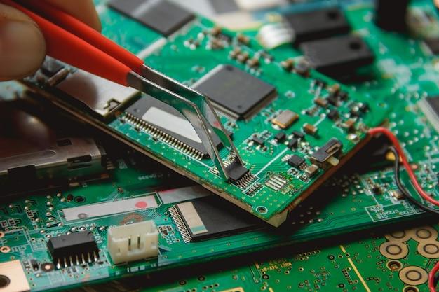 Placa de circuito impreso con muchos componentes eléctricos.