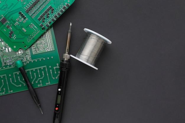 Placa de circuito de primer plano con un letcon