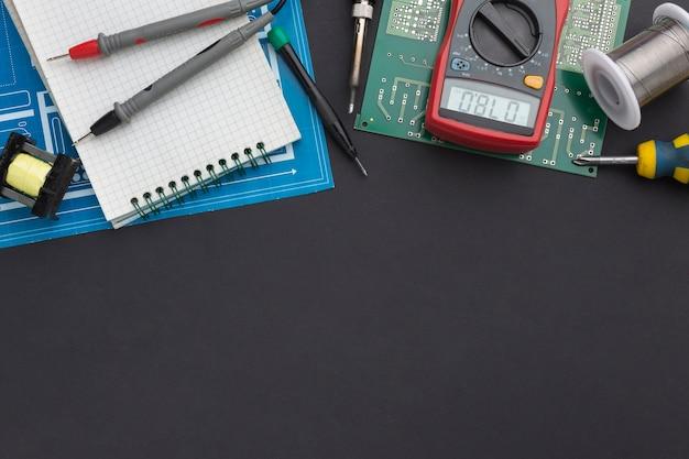 Placa de circuito de primer plano con multímetro