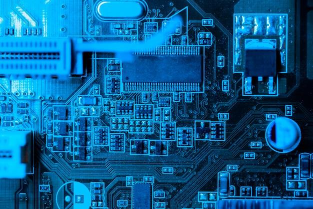 Placa de circuito en tema azul con ranura
