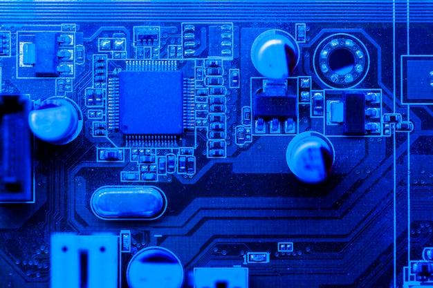 Placa de circuito temática azul con chip