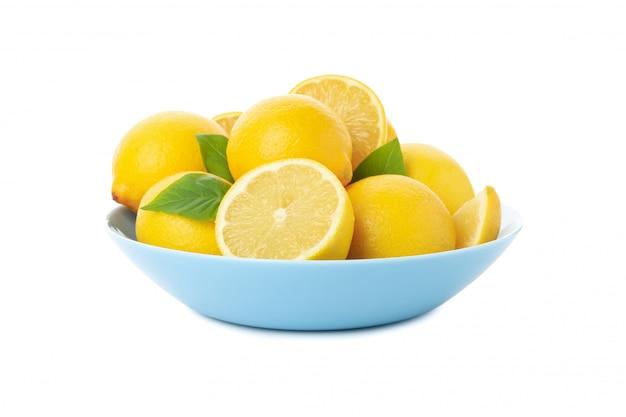 Placa con limones frescos aislados