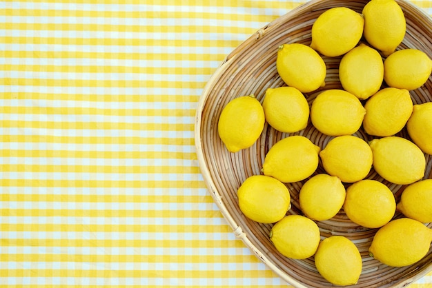 Placa con limones frescos maduros. vista superior.