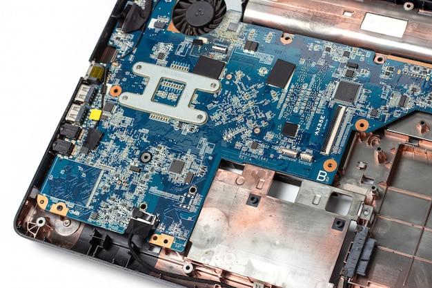 Placa madre y microcircuitos en primer plano desmontado portátil en blanco