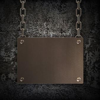 Placa de metal sucio colgando de una cadena