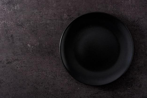 Placa negra sobre pizarra