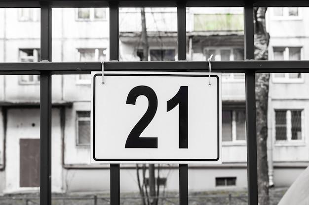 La placa con el número 21 está colgada en el estacionamiento.