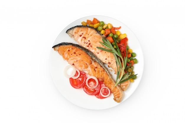 Placa con salmón a la parrilla aislado sobre fondo blanco.