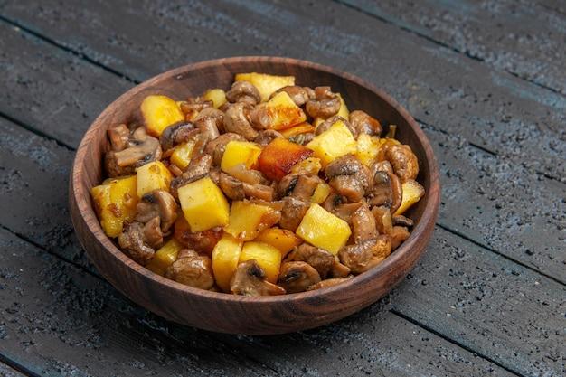 Placa de vista lateral cercana con patatas plato de champiñones con patatas y champiñones en el centro de la mesa