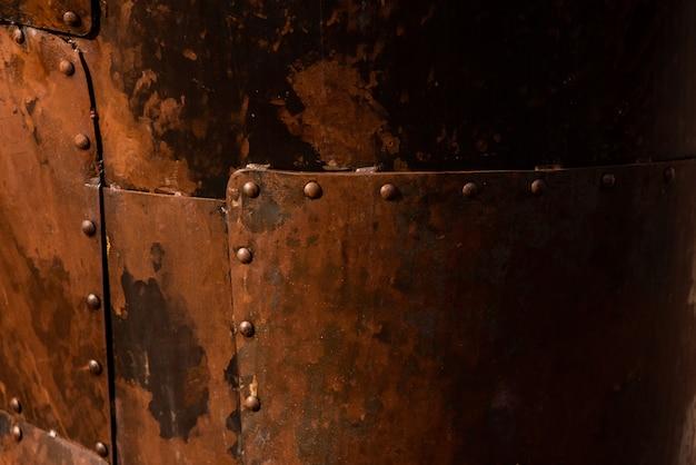 Placas de acero oxidadas unidas con remaches.