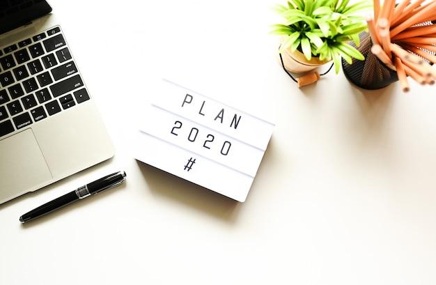 Plan 2020 en escritorio de oficina