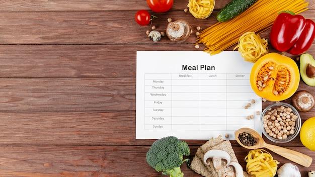 Plan de comidas con espacio de copia y muchas verduras y pastas.
