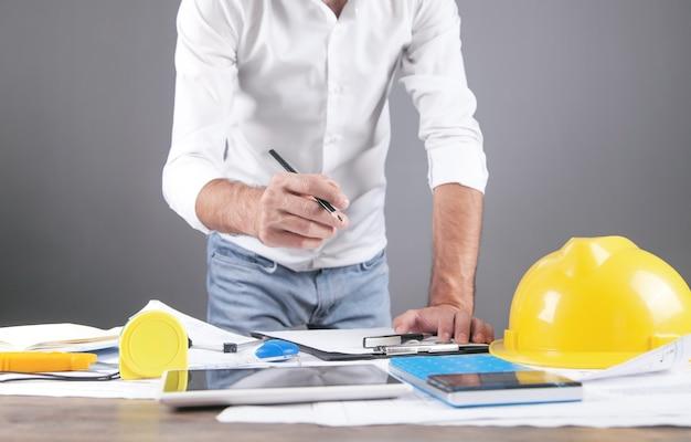 Plan de construcción del dibujo del arquitecto. trabajando en la oficina