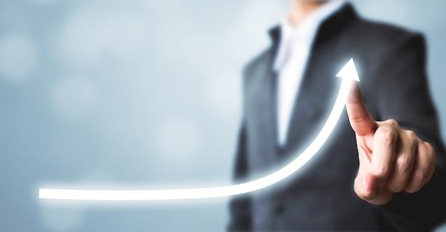 Plan de crecimiento futuro corporativo gráfico de flecha apuntando empresario