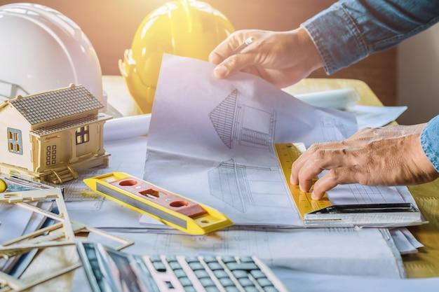 Plan de inspección de trabajo ingeniero esbozo en el lugar de trabajo
