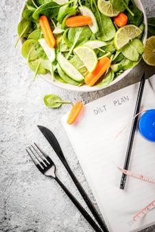 Plan de dieta perder peso concepto, ensalada de verduras frescas