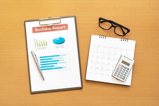 Plan de informe comercial puesto en el escritorio. datos para hacer trabajo