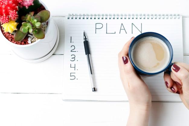 Plan de inscripción en el bloc de notas, primer plano, vista superior, concepto de planificación, establecimiento de objetivos