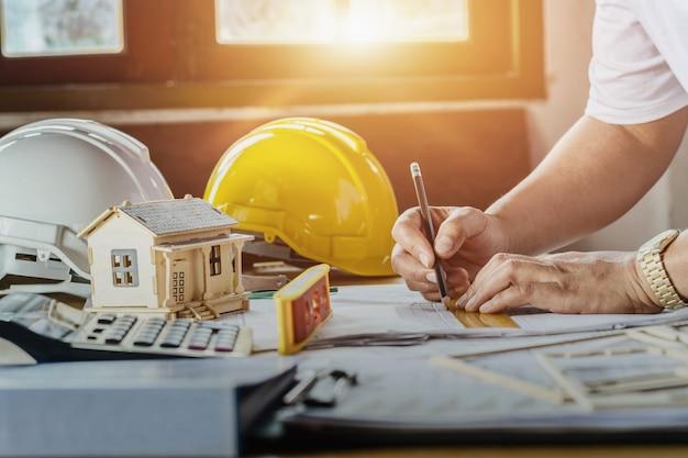 Plan de inspección de trabajo ingeniero esbozo en lugar de trabajo con sol