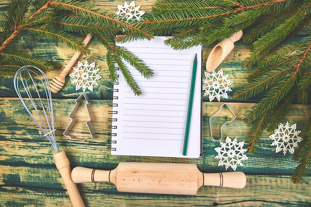 Plan de menú navideño o receta en madera rústica verde
