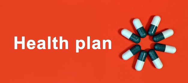Plan de salud - texto blanco sobre un fondo rojo con cápsulas de píldoras