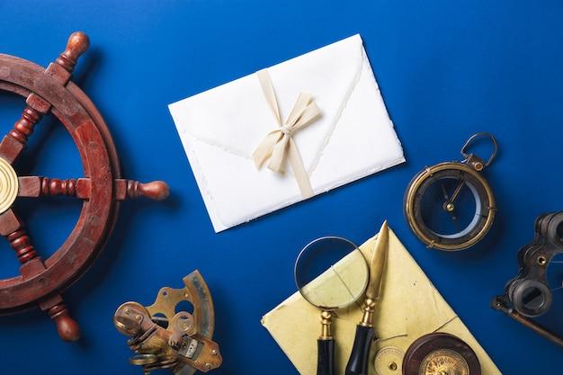 Plana antigua con accesorios para escribir letras