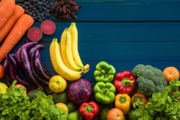 Plana de frutas y verduras frescas con espacio de copia, diferentes frutas y verduras para una alimentación saludable