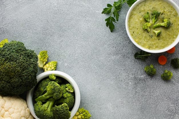Plana pone brócoli verduras y sopa