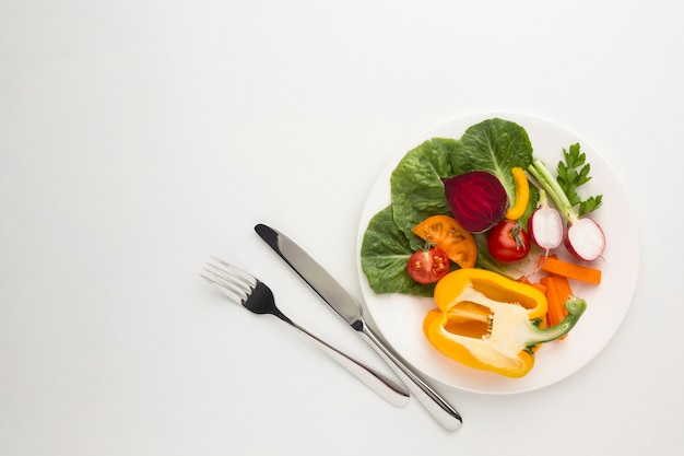 Plana pone comida saludable en un plato con espacio de copia