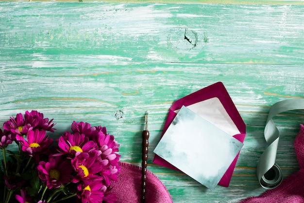 Plana pone flores de primavera y tarjeta
