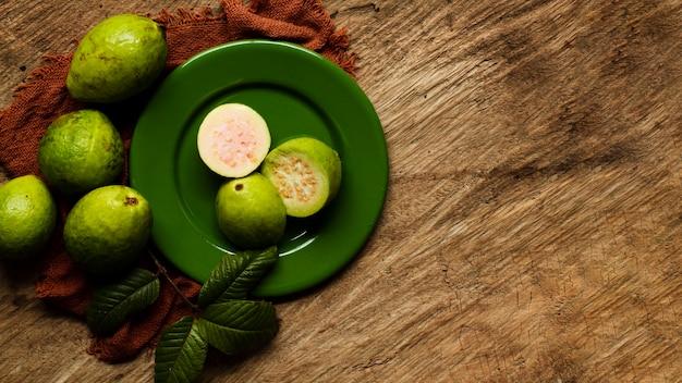 Plana pone frutas de guayaba en placa