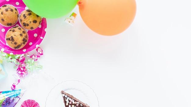 Plana pone hermosos artículos de cumpleaños con espacio de copia