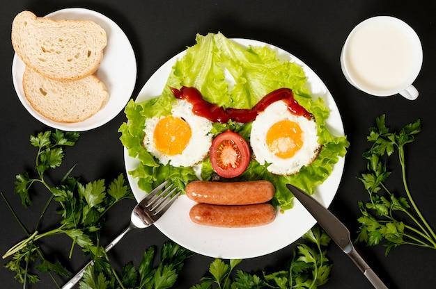 Plana pone huevo frito con arreglo de cara de verduras frescas sobre fondo liso