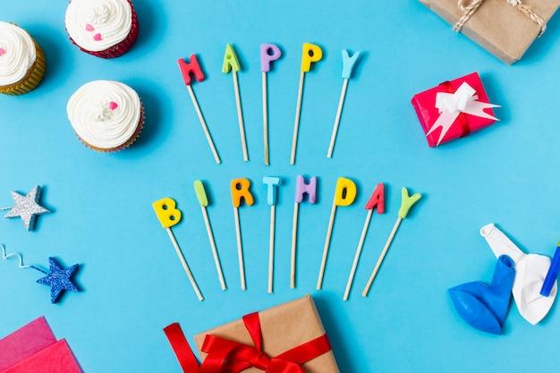 Plana pone letras de feliz cumpleaños sobre fondo azul