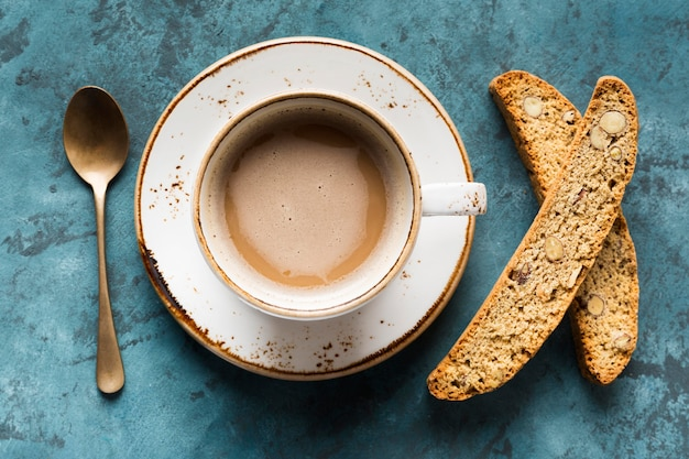 Plana pone la taza de café sobre fondo azul.