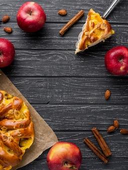 Plana poner manzanas rojas y pastel con espacio de copia
