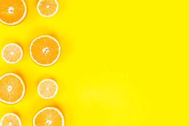 Plana puesta de rodajas frescas de limones y naranjas.