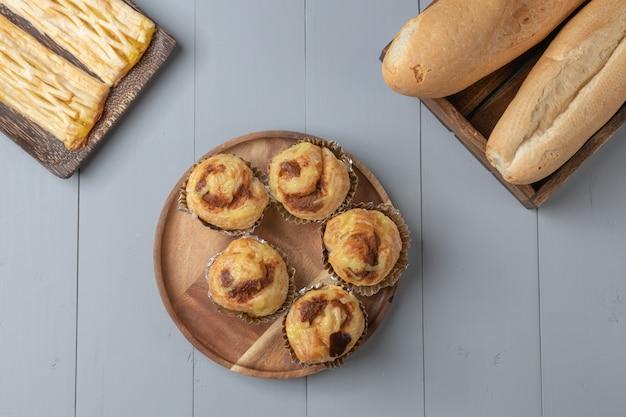 Plana de variedad de panadería y carne de cerdo danesa desmenuzada sobre tabla de madera