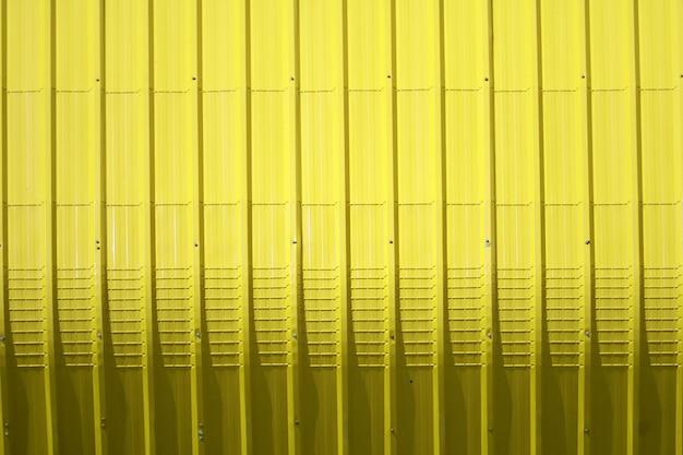 Plancha de chapa amarilla y diseño de línea vertical.
