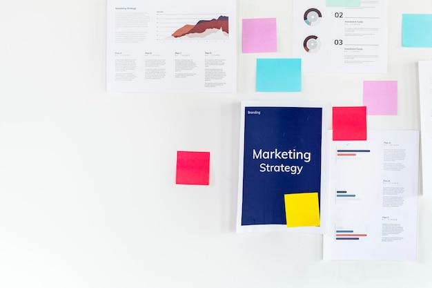 Planes de estrategia de marketing en la pared