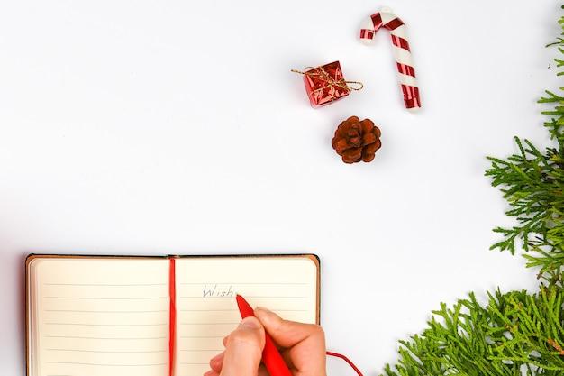 Los planes de sueños de metas hacen una lista para escribir el concepto de navidad de año nuevo en el cuaderno
