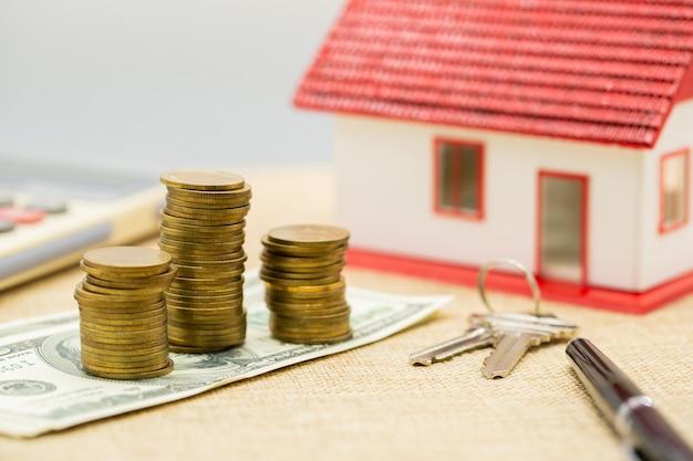 Planificación de ahorro de dinero de monedas para comprar una casa
