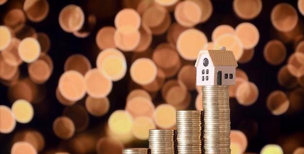 Planificación de ahorro de dinero de monedas para comprar un concepto de casa