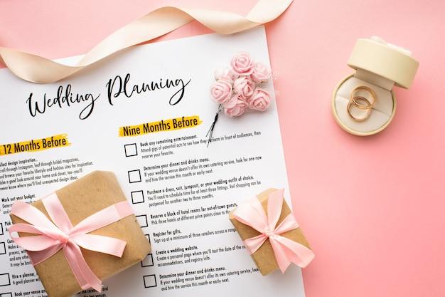 Planificación de bodas con anillos y cajas de regalo.