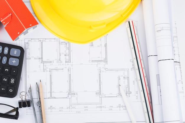 Planificación de la construcción con planos de construcción y accesorios, proyectos de construcción en papel.