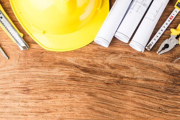 Planificación de la construcción con planos de construcción y accesorios.