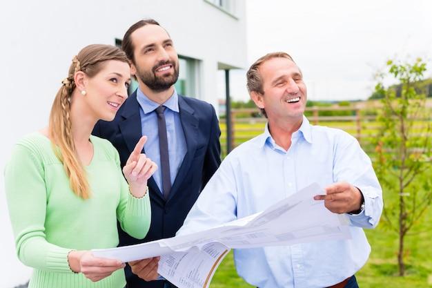 Planificación de pareja con la construcción de la casa de arquitecto