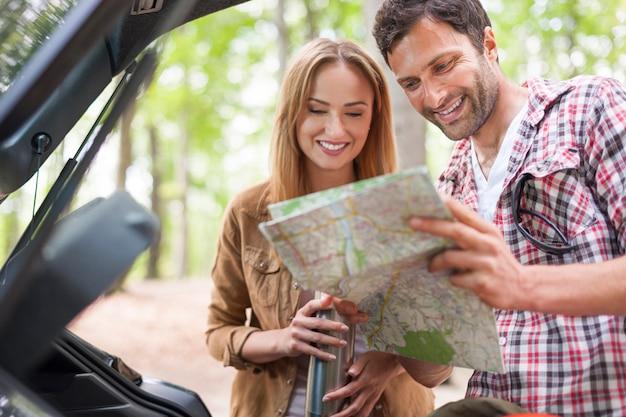 Planificación de pareja romántica ir de excursión en el bosque