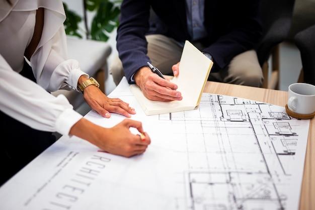Planificación de trabajo en equipo de alto ángulo en la oficina